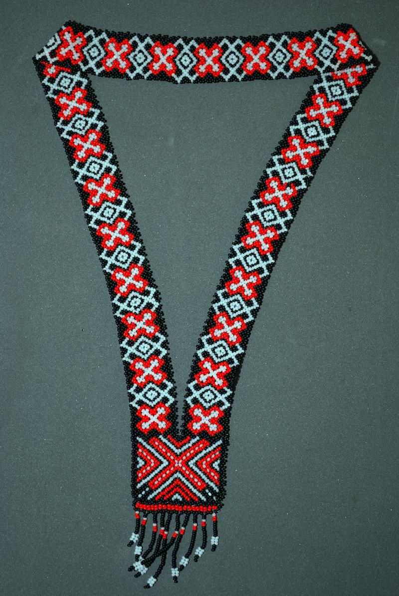 ...бисерных украшений достигло в конце XIX - начале XX в. в юго-восточной части России, у народов Поволжья и...