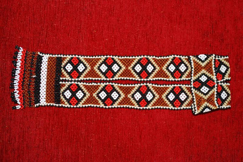 В Беларуси женские украшения из бисера в виде узкой узорной ленты, плотно прилегающей к шее, и закругленных.